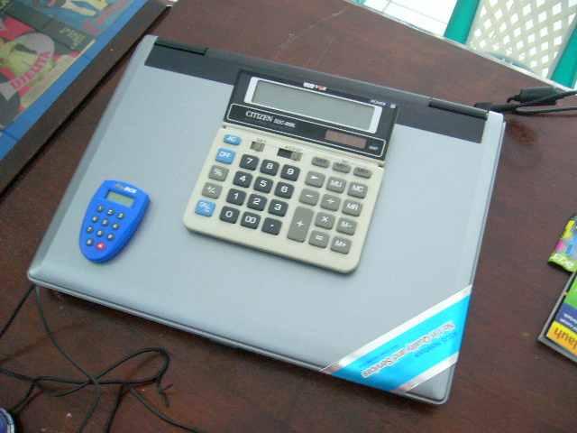 Perbandingan fisik dengan kalkulator dan token