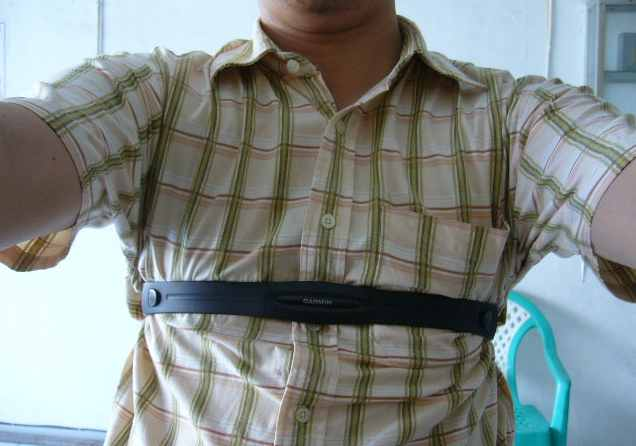Pasang HRM di pas di dada bawah, ini salah jangan ditiru, yang benar harus tempel langsung di kulit hehehe