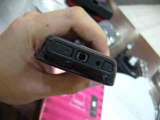 Colokan audio standar dan Kabel micro USB serta charger disini