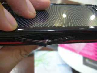 Masukkin Sim card dan Micro SD lewat dua lubang pipih ini, ih ngeres :)