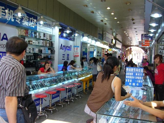 Suasana toko ponsel di daerah Tun Men Shenzen China