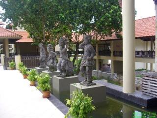 Ada patung orang dayak depan hotel