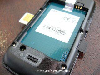 Pasang Simcard kiri, micro sd kanan, slot dengan pegas