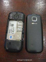 Buka casing baterai