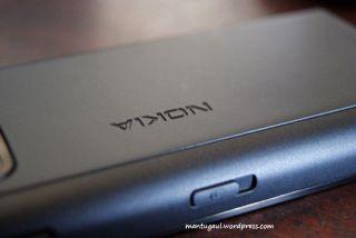 Ukiran tulisan Nokia di bodi belakang