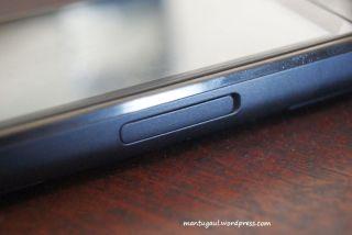 SIM card slot di samping, bukan dibawah baterai