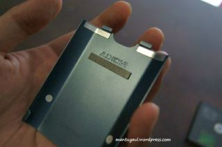 Tutup baterai terbuat dari metal
