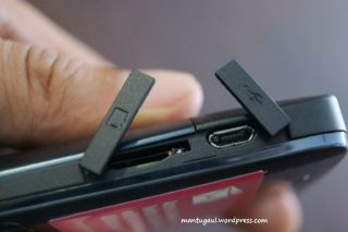 Slot memory card micro SD dan colokan micro USB