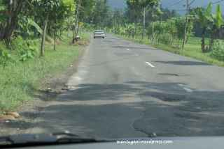 Jalanan dari Banjar ke Pangandaran terdapat beberapa lubang mengganggu