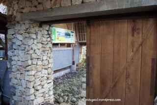 Ini pintu slide menuju kompleks kamar yang non AC