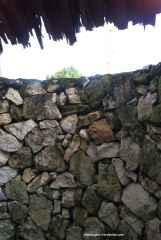 Dinding kamar mandi dari batu