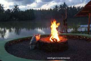 Udah sore, staff hotel mulai nyalakan api unggun katanya untuk usir nyamuk