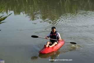 Asyik main kayak di sungai, gratis loh!