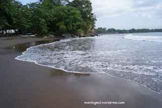 Hembusan angin dan ombak di tepi pantai