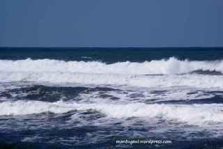 Deburan ombak di Pantai batuhiu