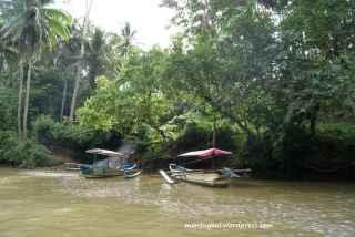 Banyak perahu parkir di kanan kiri sungai