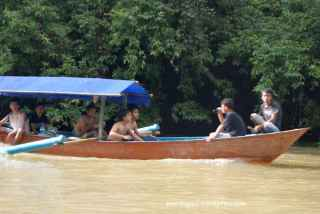Bertemu perahu lain, kok pada telanjang dada? Ternyata habis terjun dari Green canyon