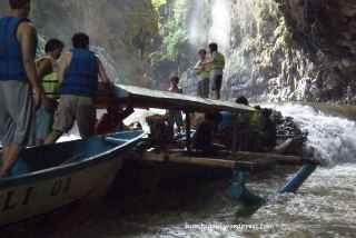 Untuk mencapai di titik lompat harus merayap perahu demi perahu