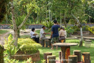 Warga pada santai di Taman Bunga Bougenville Singkawang