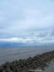 Sambil rehat lihat laut