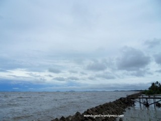 Pantai Kalbar mengalami abrasi cukup parah sehingga dihadang dengan batu
