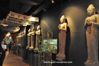 Ada patung Budha di jalan masuk