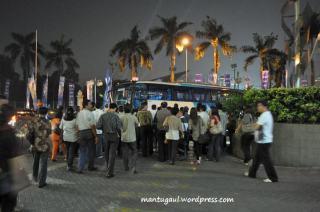 Para undangan meninggalkan tempat acara dengan dua bus besar