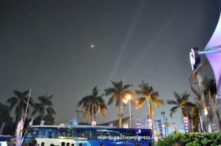 Lampu sorot dari pasar malam senayan