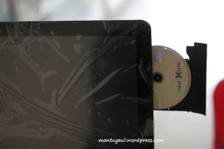 DVD drive di samping kanan LCD