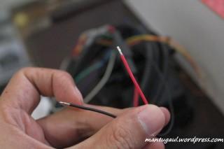 Kabel merah dan hitam untuk dipasang di accu