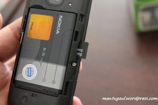 Micro SD slot ada di samping