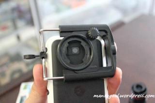 Cara pasang: jepit clip di ponsel dan arahkan pas pada lobang lensa