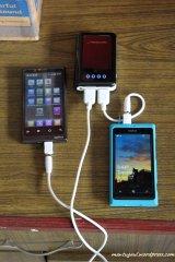 Sedang mengisi Axioo Vigo 410 dan Nokia Lumia 800 bersamaan