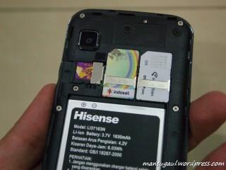 Masukkan kartu dan memory serta baterai