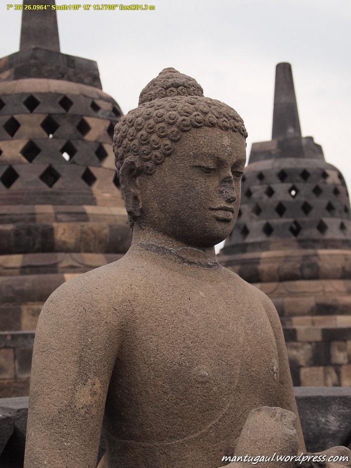 Patung dalam stupa