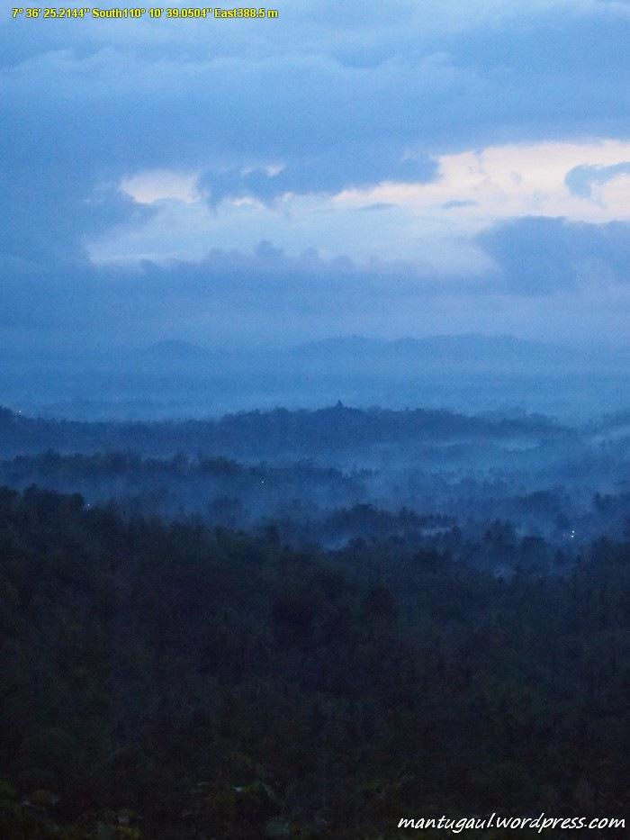 Bukit Punthuk Setumbu di subuh hari
