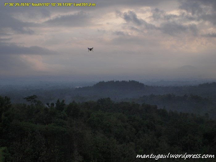 Helikopter diatas bukit