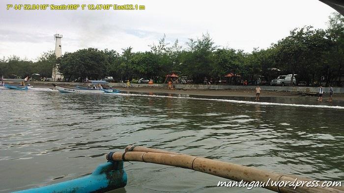 Sewa perahu Rp40.000 di Pantai Teluk Penyu, diantar sampai ke P. Nusakambangan lalu ditinggal, dia balik ke pantai Teluk Penyu. Mau pulang telp bapak perahunya, kalau gak punya hape Anda akan bermalam disana :)