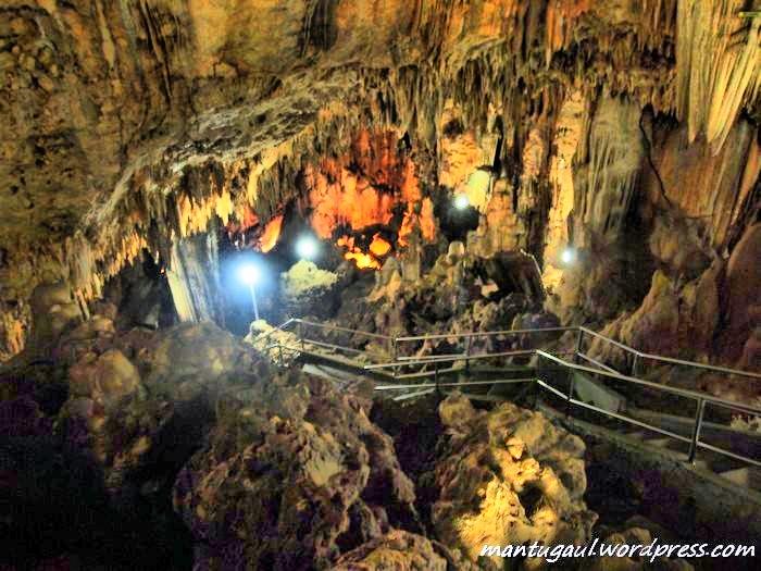 Sudah ada tangga yang dibuat agar pengunjung bisa turun ke bawah tanah di dalam Goa Gong