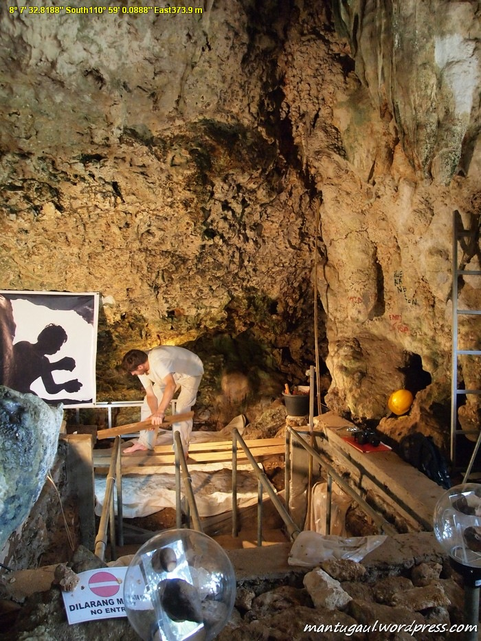 Ilmuwan asing sedang menggali situs goa Tabuhan