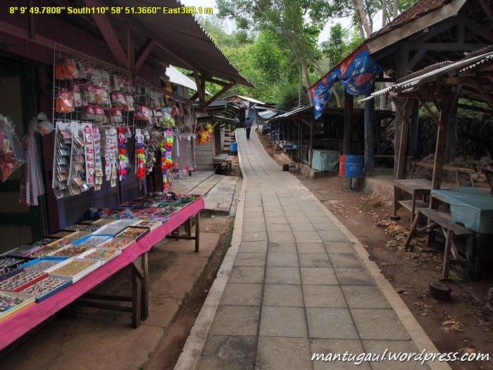 Banyak kios saat menuju Goa Gong