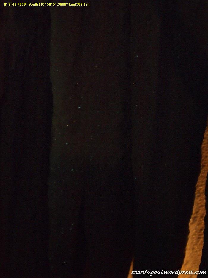 Foto ini sengaja dibuat gelap agar Anda bisa merasakan kilauan kristal di stalaktit Goa Gong