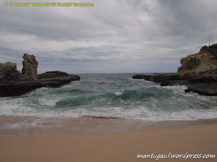Ombak dashyat di Pantai Klayar, gulungannya mematikan