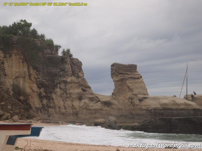 Karang raksasa Pantai Klayar