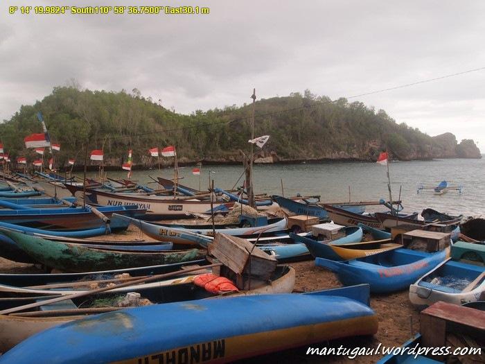 Pantai Watu Karung tempat Nelayan merapatkan perahu