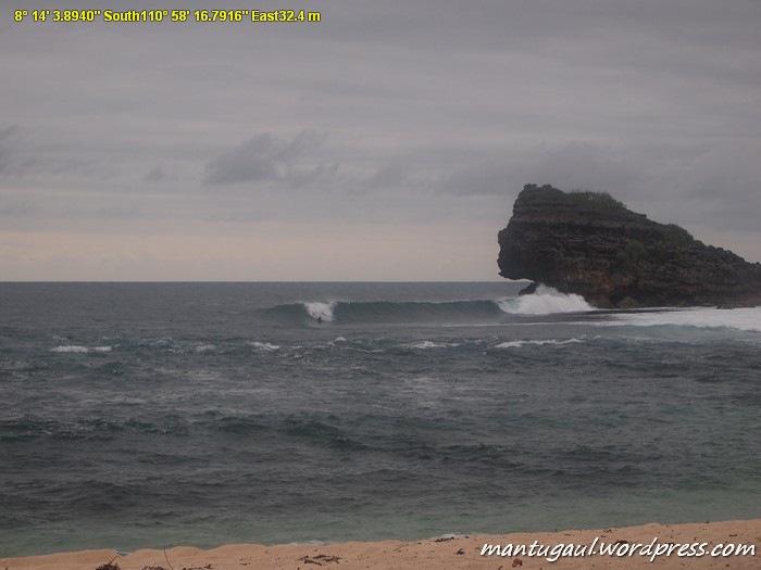Saat saya tiba tampak 2 surfer asing sedang bermain selancar