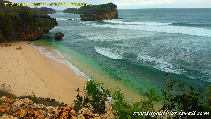 Pantai Watu Karung yang biru
