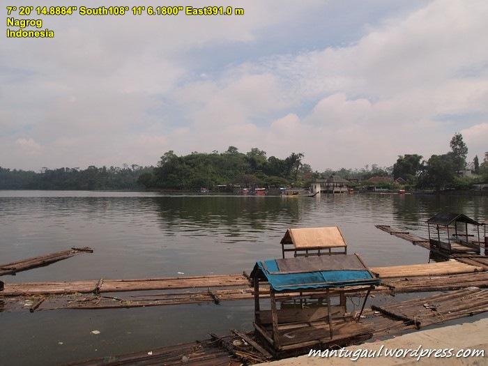Tidak jauh dari hotel, ada danau lumayan besar, Danau Situ Gede