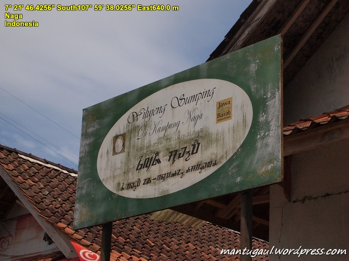 Dari arah Tasikmalaya ke Garut Anda akan melihat Kampung Naga