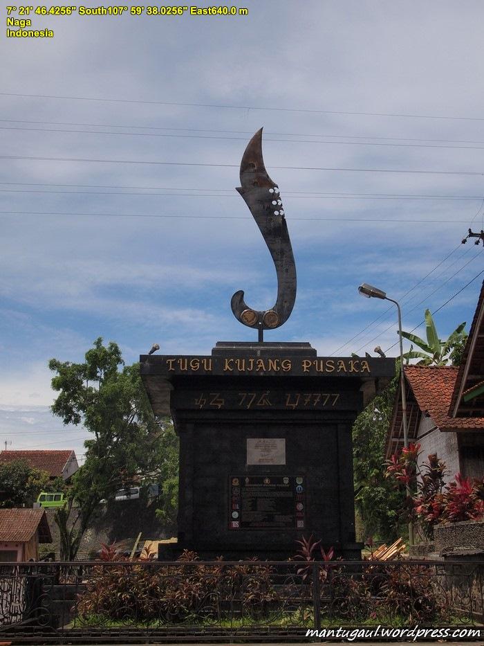 Tugu di pintu masuk Kampung Naga